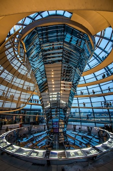 Innenraum der kuppel über dem deutschen parlament in berlin.