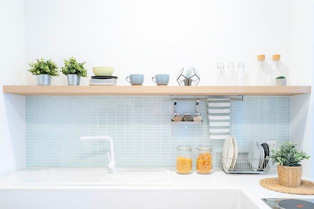 Innenraum der modernen, komfortablen weißen küche.