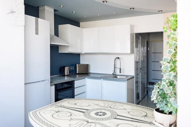 Innenraum der modernen küche in einer geräumigen wohnung