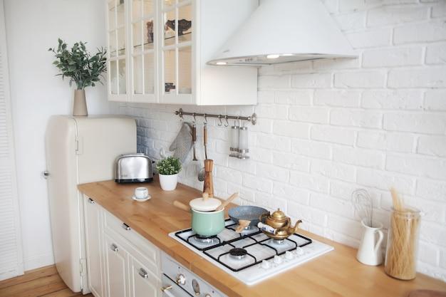 Innenraum der modernen küche in einer wohnung im skandinavischen stil