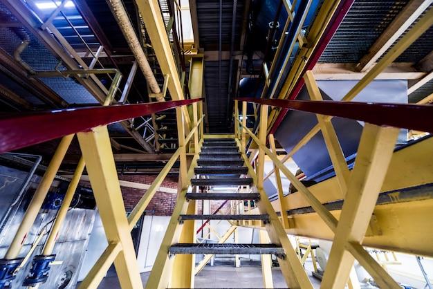 Innenraum der modernen naturölfabrik. die rohrleitungen, pumpen und motoren