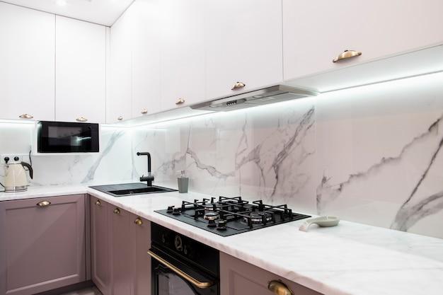 Innenraum der modernen versorgten küche