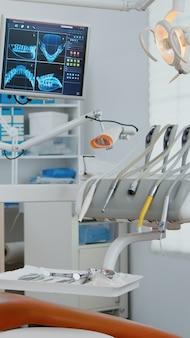 Innenraum der modernen zahnarztpraxis im krankenhaus mit kieferorthopädischen möbeln für die zahnheilkunde vergrößern aufnahme von pr...