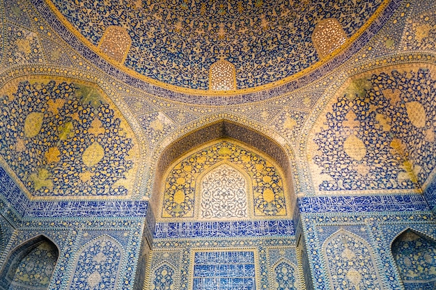 Innenraum der shah moschee. schönes gewölbe mit islamischem arabeskenmuster. isfahan, iran.