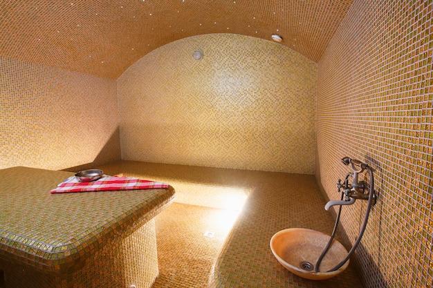 Innenraum der türkischen sauna, hamam im wellnesscenter