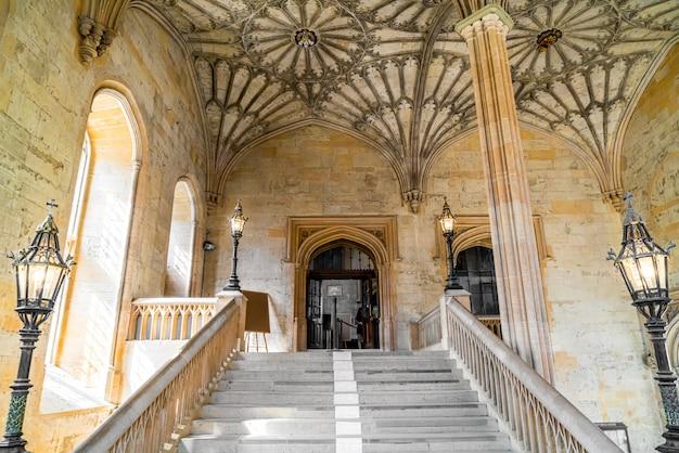 Innenraum der universitätskirche st. maria die jungfrau.
