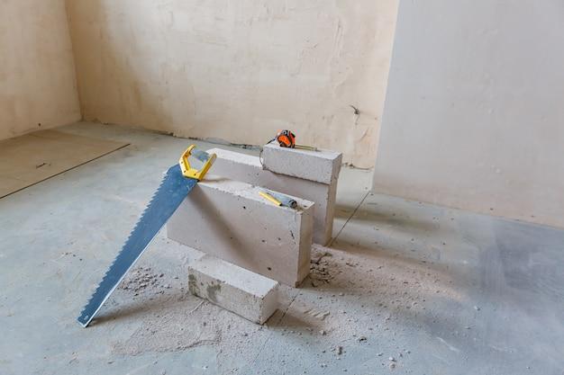Innenraum der wohnung mit materialien während auf der erneuerung und dem bau.