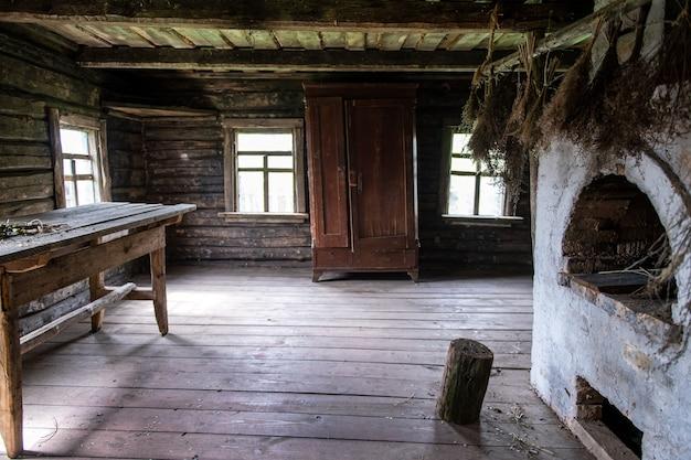 Innenraum des alten hölzernen ländlichen hauses mit rustikalem ofen