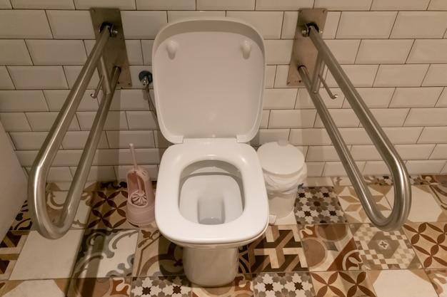 Innenraum des badezimmers mit handlauf für behinderte oder ältere menschen