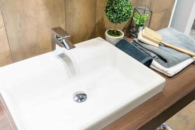 Innenraum des badezimmers mit waschbeckenbeckenhahn und -spiegel. modernes design des badezimmers