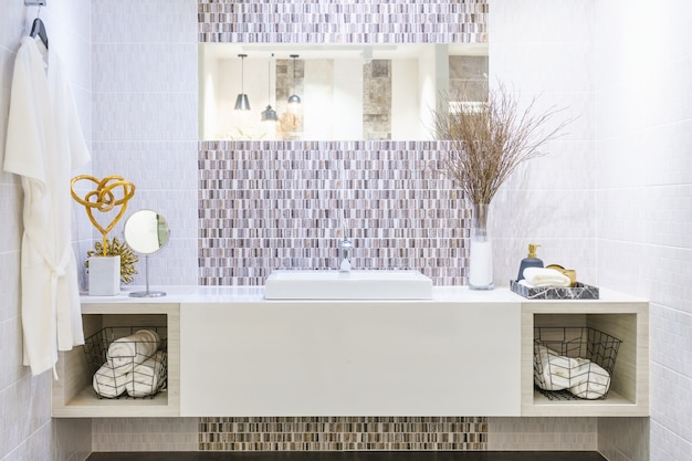 Innenraum des badezimmers mit waschbeckenhahn und weißem tuch. modernes design des badezimmers.