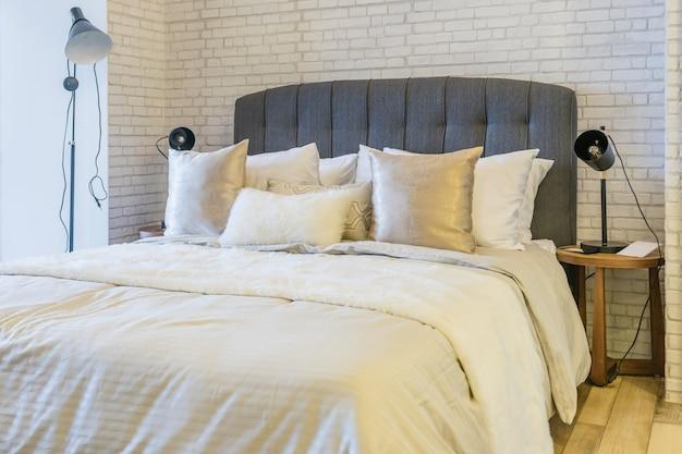 Innenraum des gemütlichen schlafzimmers im modernen design mit handwerksstehlampe