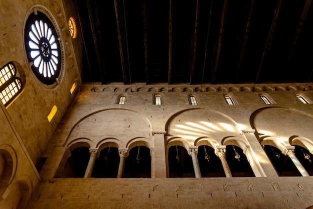 Innenraum des hauptschiffes der kathedrale basilica san sabino in bari.
