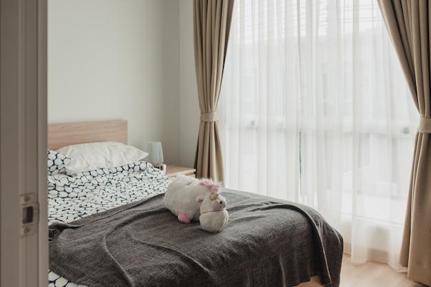 Innenraum des hölzernen schlafzimmers mit weichem vorhang