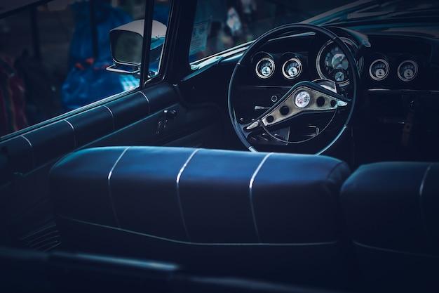 Innenraum des klassischen weinleseautos autoreise- und lebensstilkonzeptidee rad und konsole