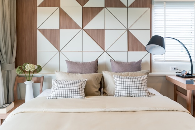 Innenraum des luxusschlafzimmers im haus oder im hotel mit lampe. interior schlafzimmer konzept.