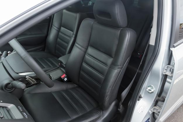 Innenraum des modernen autos mit schwarzen ledersitzen