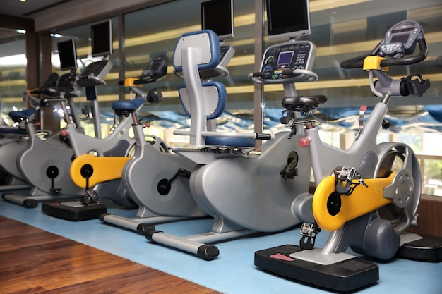 Innenraum des modernen fitnessraums mit maschinen