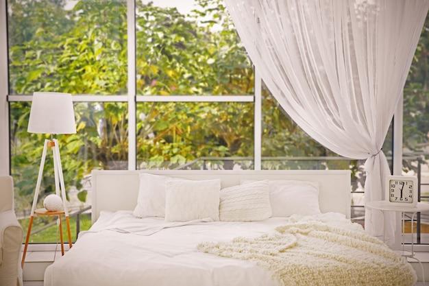 Innenraum des modernen schlafzimmers mit gemütlichem doppelbett