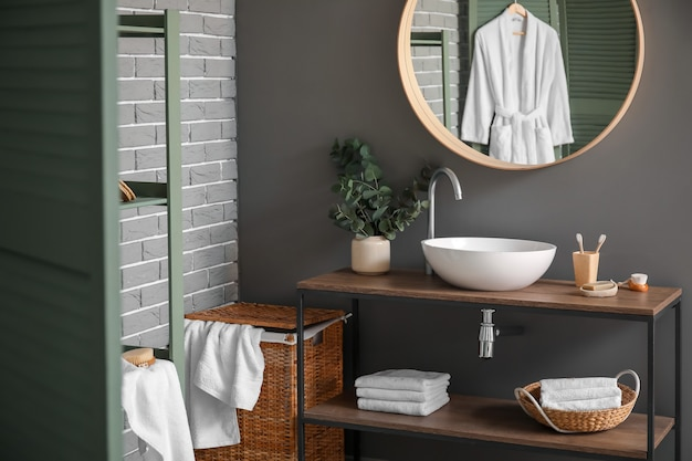 Innenraum des modernen stilvollen badezimmers