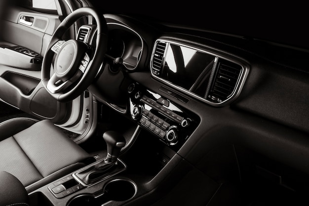 Innenraum des neuen autos mit luxuriösen details, ledersitzen und touchscreen