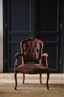 Innenraum des raumes im retro-stil mit antikem stuhl