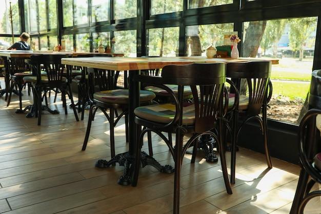 Innenraum des restaurants mit vintage stühlen und tischen
