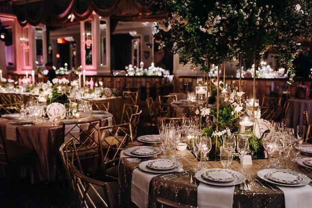 Innenraum des romantischen restaurants, modernes design, klassischer stil