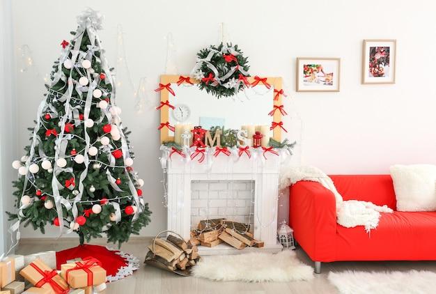 Innenraum des schönen raumes mit weihnachtsdekorationen