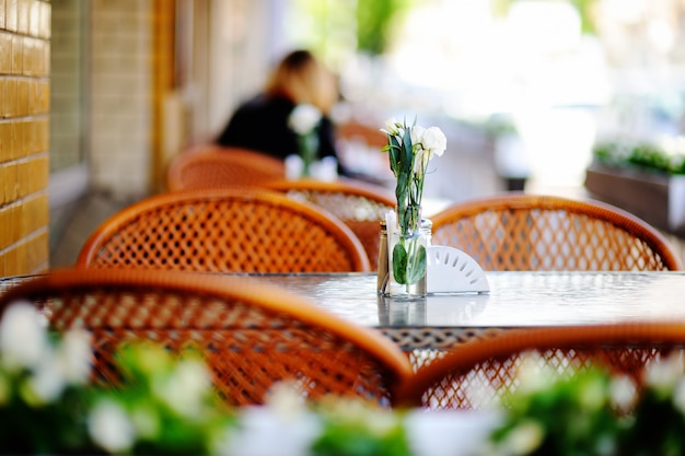 Innenraum des stilvollen cafés im freien