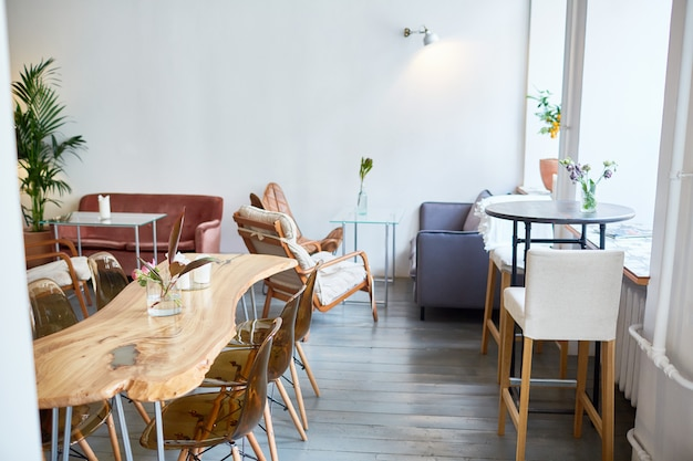 Innenraum des stilvollen restaurants