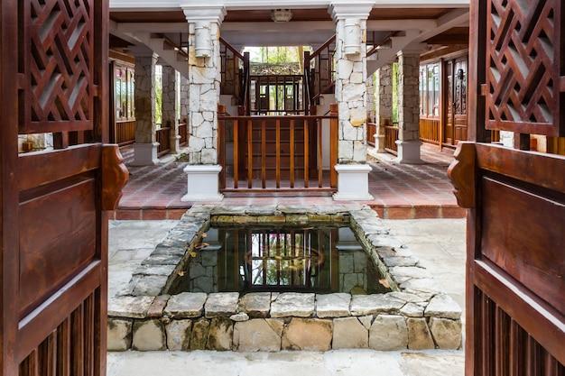Innenraum des tropischen hotels mit einem teich