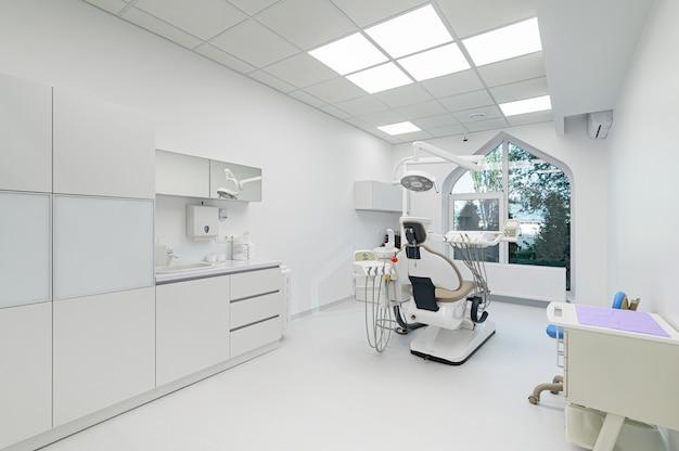 Innenraum des weißen medizinischen raums der modernen zahnmedizin mit spezieller ausrüstung
