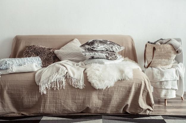 Innenraum des wohnzimmers mit einem sofa und dekorationsgegenständen.