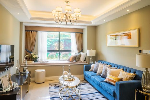 Innenraum des wohnzimmers mit großem fenster und schöner couch