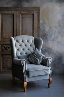 Innenraum des zimmers im retro-stil mit sessel und kleiderschrank