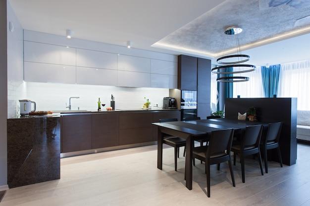 Innenraum einer hightech- küche mit einem tisch und stühlen