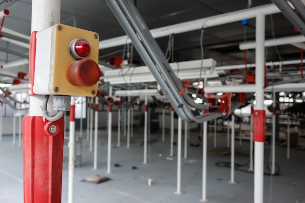 Innenraum einer verlassenen modernen fabrik