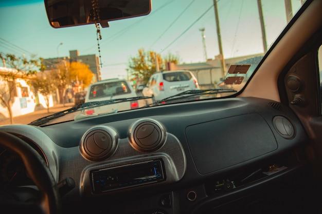 Innenraum eines autos in einer stadt