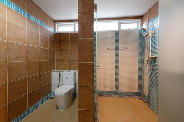 Innenraum eines badezimmers in einem hotel in phuket thailand