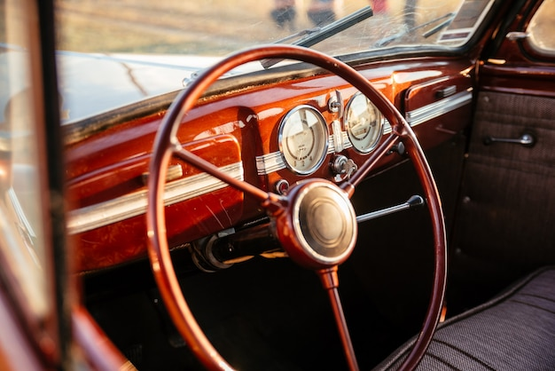 Innenraum eines braunen retro-vintage-autos. fahrersitz