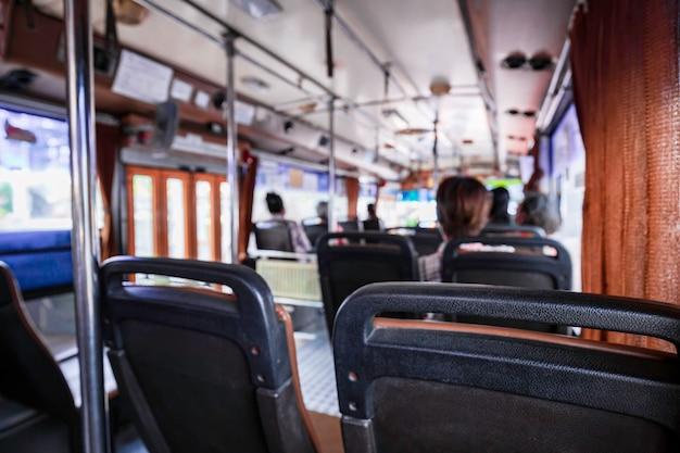 Innenraum eines busses der öffentlichen verkehrsmittel in bangkok, thailand