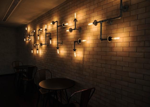 Innenraum eines cafés mit backsteinmauern