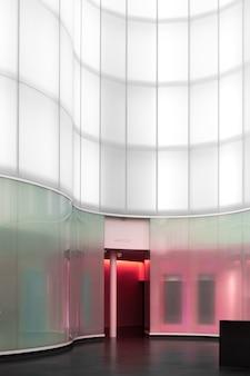 Innenraum eines gebäudes mit glaswand