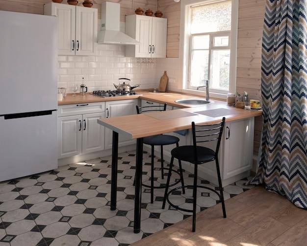 Innenraum eines hellen studio-zimmers mit skandinavischem stil, küchenbereich.