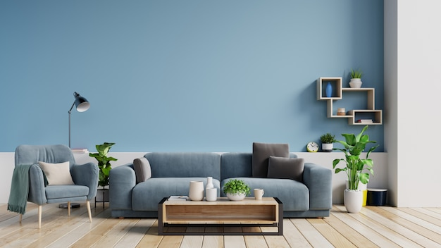 Innenraum eines hellen wohnzimmers mit kissen auf einem sofa und einem lehnsessel, anlagen und lampe auf leerem blauem wandhintergrund.