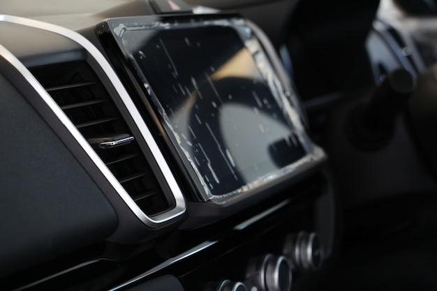 Innenraum eines modernen autos, autoklimaanlage auf konsole. der luftstrom im auto.