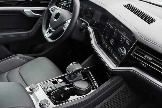 Innenraum eines prestigeträchtigen modernen schwarzen autos. bequeme ledersitze und zubehör sowie lenkrad