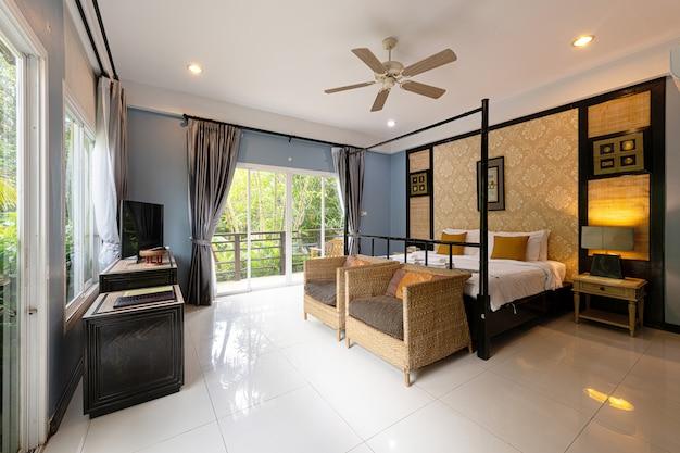 Innenraum eines schlafzimmers in einem hotel in phuket thailand