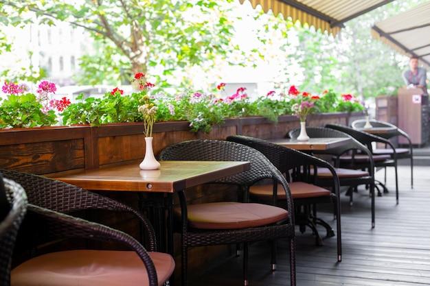 Innenraum eines sommerspielplatzes ohne menschen mit frischen blumen in töpfen. ein gemütliches café.